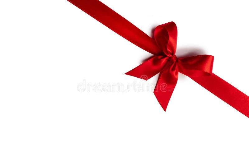 Arc à ruban rouge isolé en blanc images libres de droits