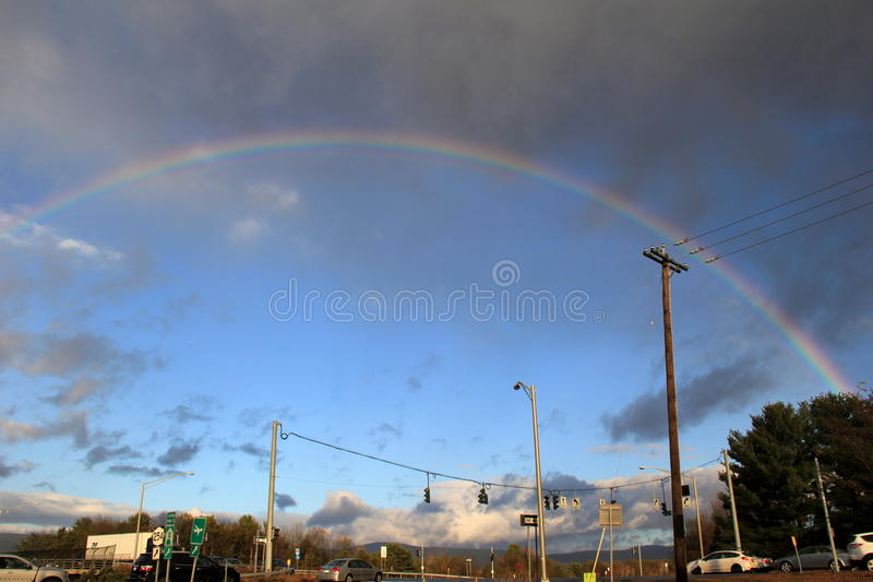Arc coloré d'arc-en-ciel au-dessus de l'itinéraire 87 après de mauvaises tempêtes, Queensbury, New York, 2013 photo libre de droits