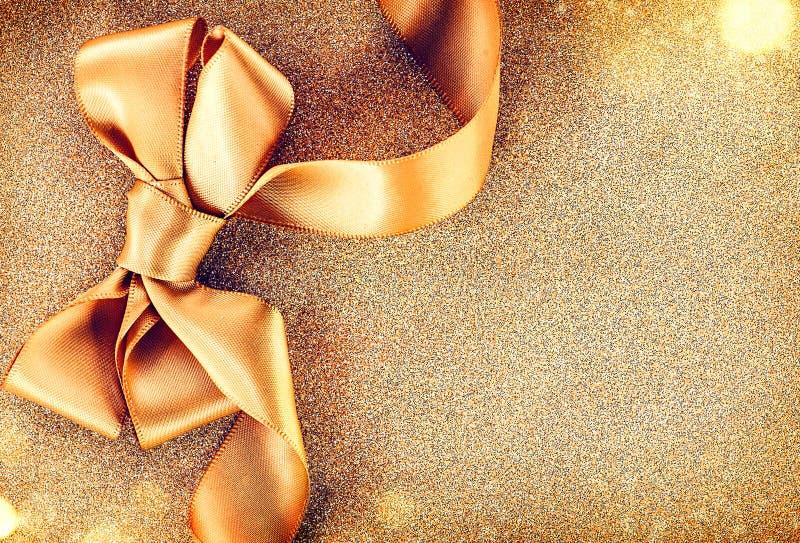 Arc d'or de ruban de satin de Noël photographie stock