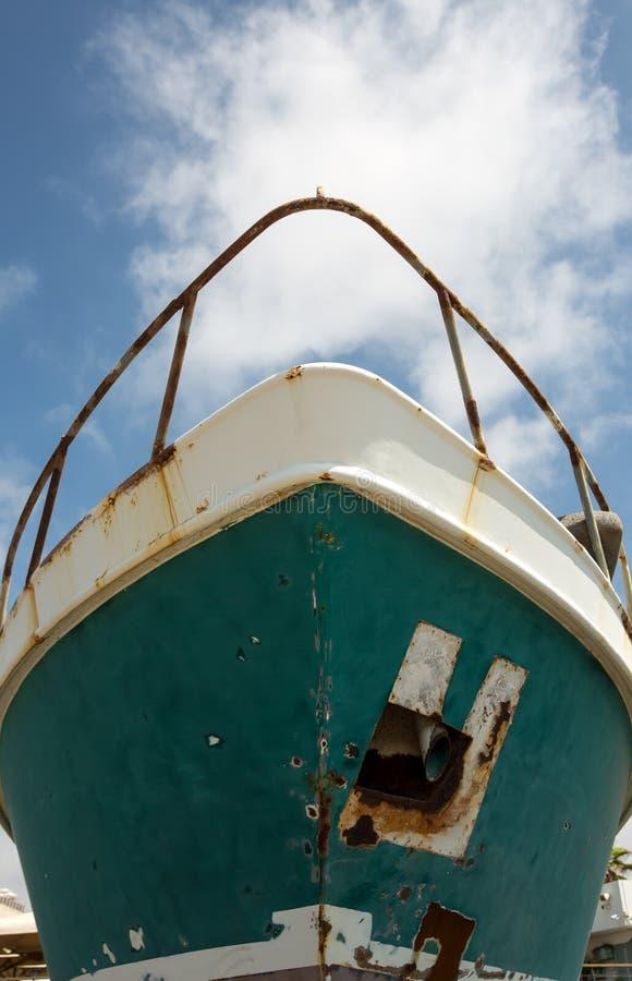 Arc d'un vieux bateau rouillé sous la rénovation image stock