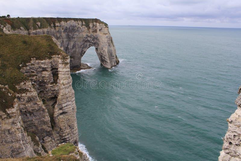 Arc dans la côte blanche de falaise d'albâtre dans normady, France en été image stock