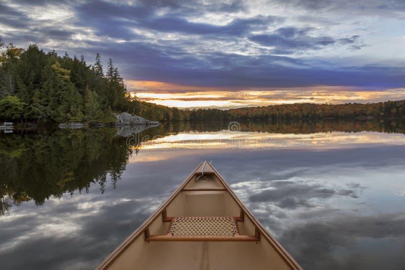 Arc de canoë au coucher du soleil - Ontario, Canada images libres de droits