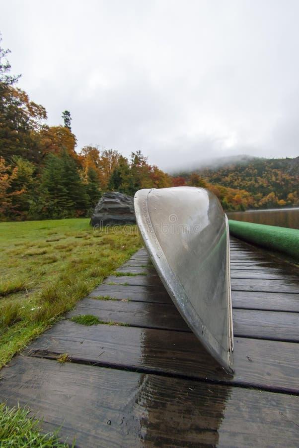 Arc de canoë le jour pluvieux photos stock