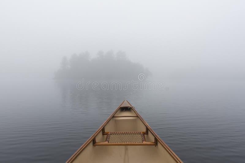 Arc de canoë sur un lac Ontario brumeux, Canada photo stock