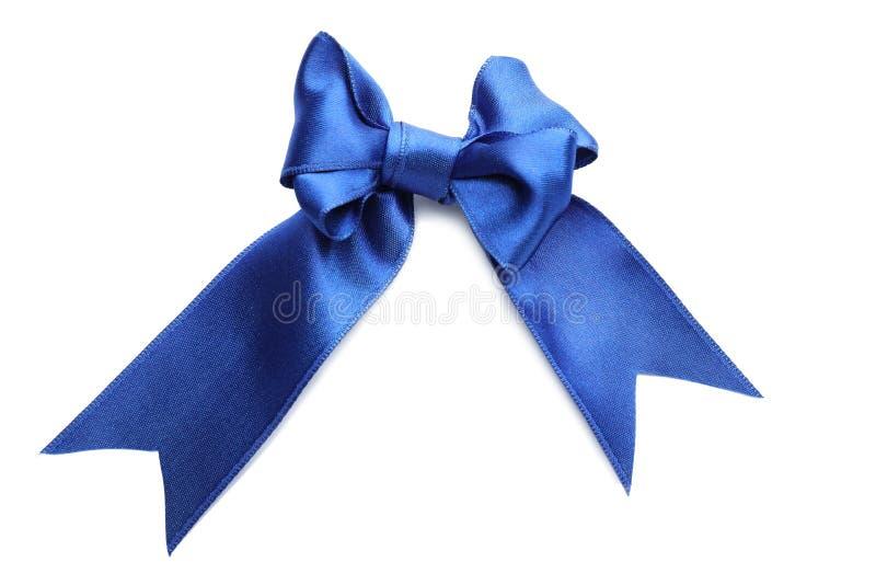 Arc de ruban bleu de satin sur le fond blanc photographie stock libre de droits