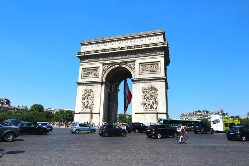 Arc de Triomphe è i monumenti più famosi a Parigi immagine stock libera da diritti