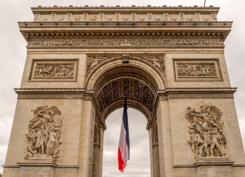 Arc de Triomphe avec le drapeau français image libre de droits
