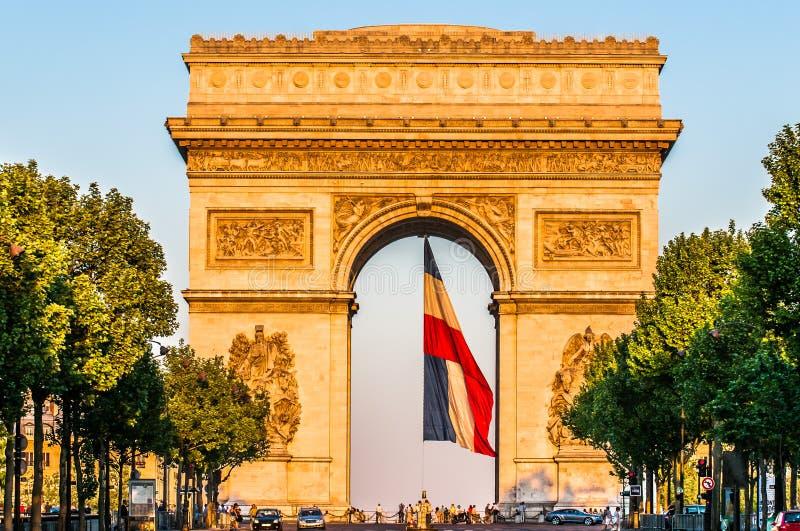 Arc de triomphe avec les Frances françaises de ville de Paris de drapeau photos libres de droits