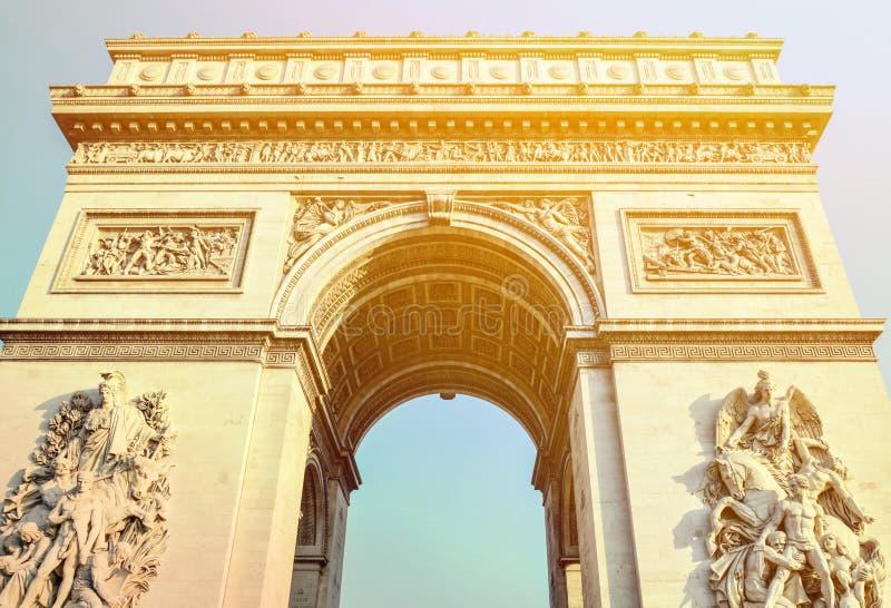 Arc de Triomphe b?ge av Triumph Paris - Frankrike royaltyfria foton