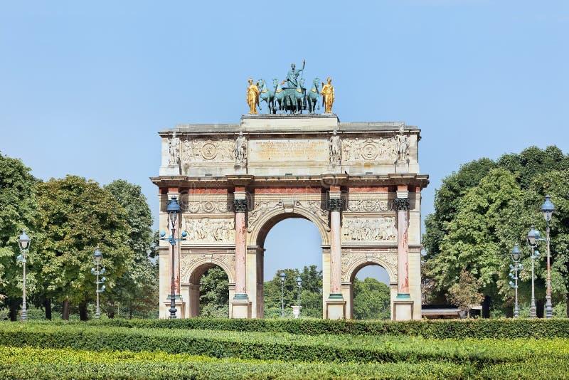 Arc de Triomphe du Carrousel ha individuato fuori del Louvre, Parigi, Francia fotografia stock libera da diritti