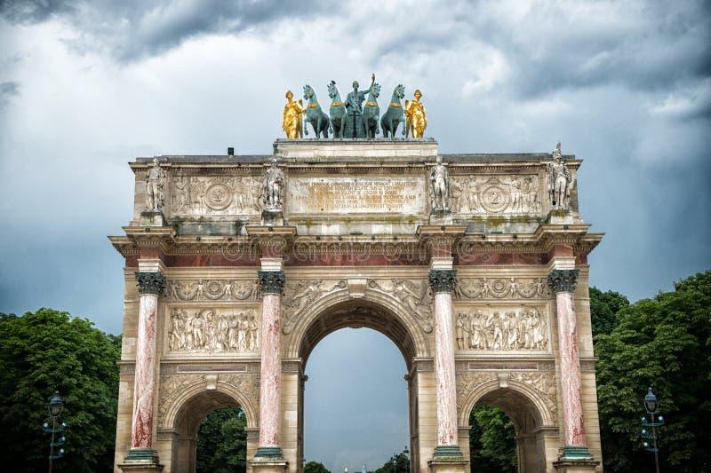 Arc de Triomphe du Carrousel in Parijs, Frankrijk Boogmonument en groene bomen op bewolkte hemel Architecturaal symbool van vrede stock afbeelding