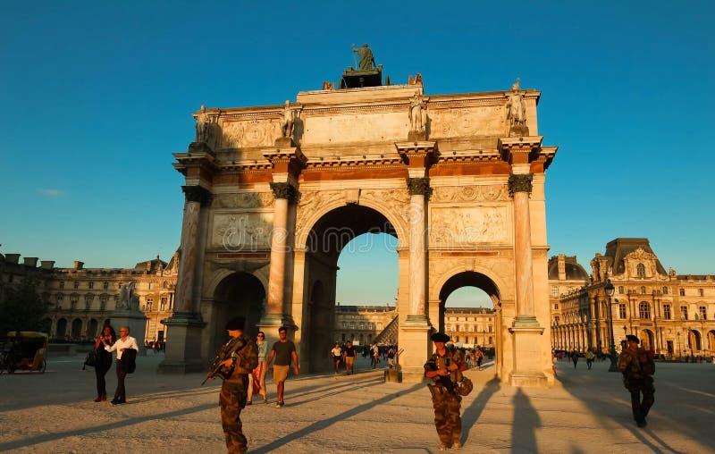 Arc de Triomphe du Carrousel und Militär patrouillieren im Dienst, Paris, Frankreich lizenzfreies stockbild