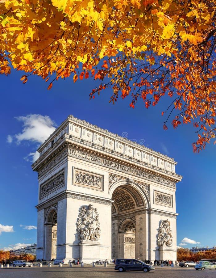 Arc de Triomphe in de herfst, Parijs, Frankrijk royalty-vrije stock afbeelding
