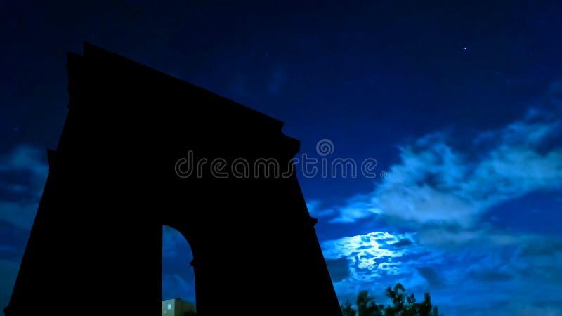 Arc de Triomphe natthimmel och måne royaltyfria foton