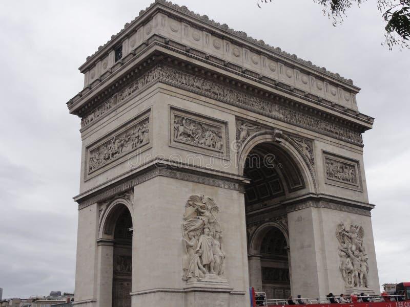 Arc de Triomphe på stället de l ‰ för ` Ã toile - sett från ett avstånd - Frankrike royaltyfri bild