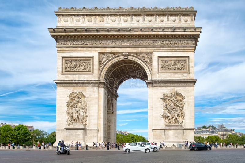 Arc de Triomphe in Paris an einem schönen Sommertag stockfotos