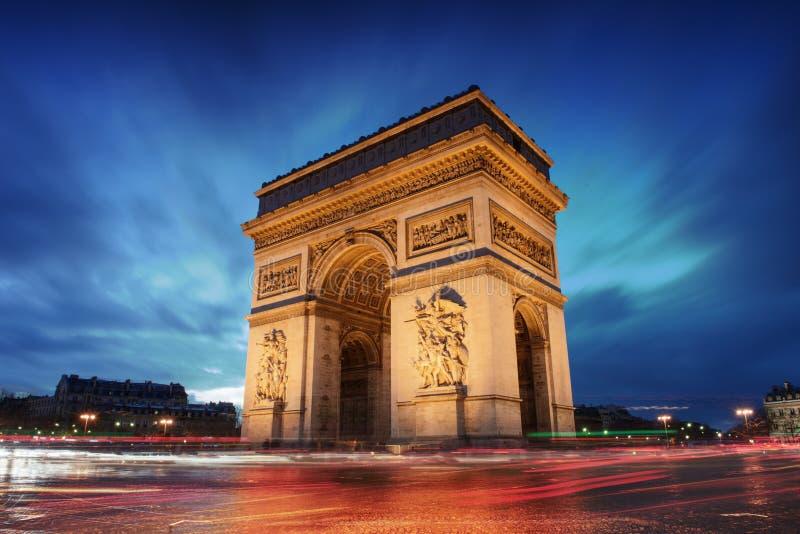 Arc de Triomphe Paris stad på solnedgången royaltyfri foto