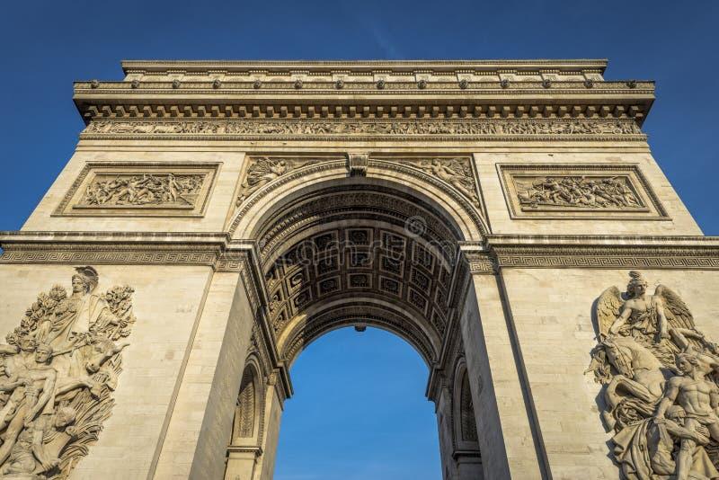 Arc de Triomphe in un chiaro giorno fotografia stock