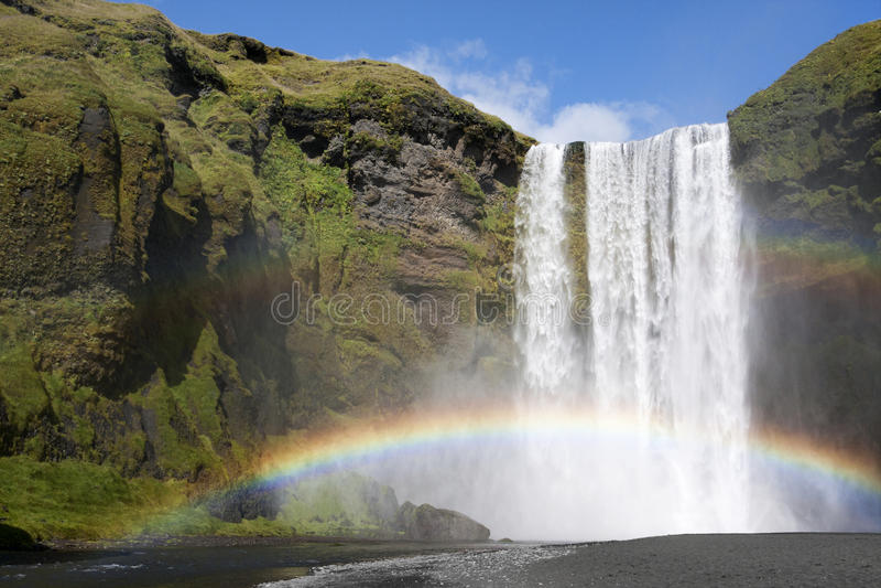 Arc-en-ciel à la cascade à écriture ligne par ligne photographie stock