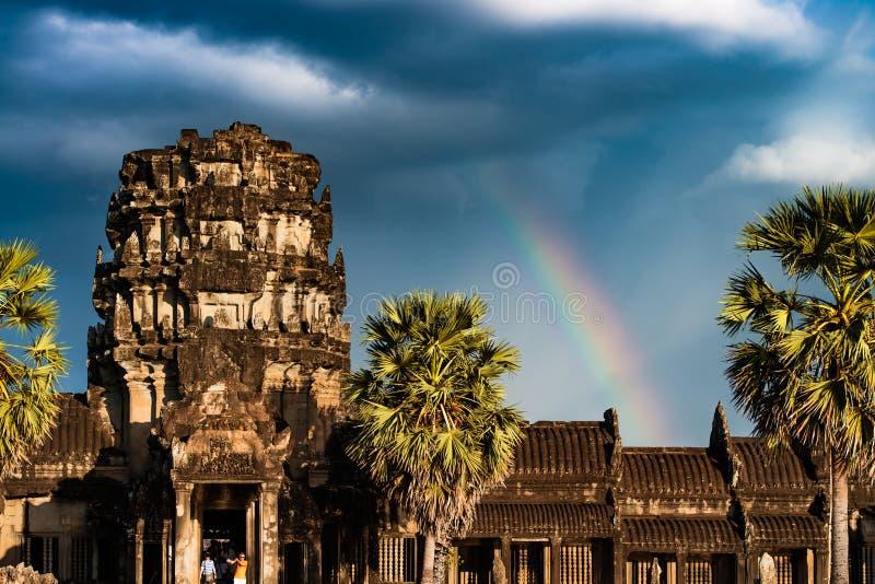 Arc-en-ciel au-dessus d'Angkor Vat images libres de droits