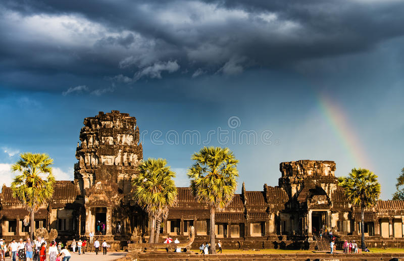 Arc-en-ciel au-dessus d'Angkor Vat photo stock