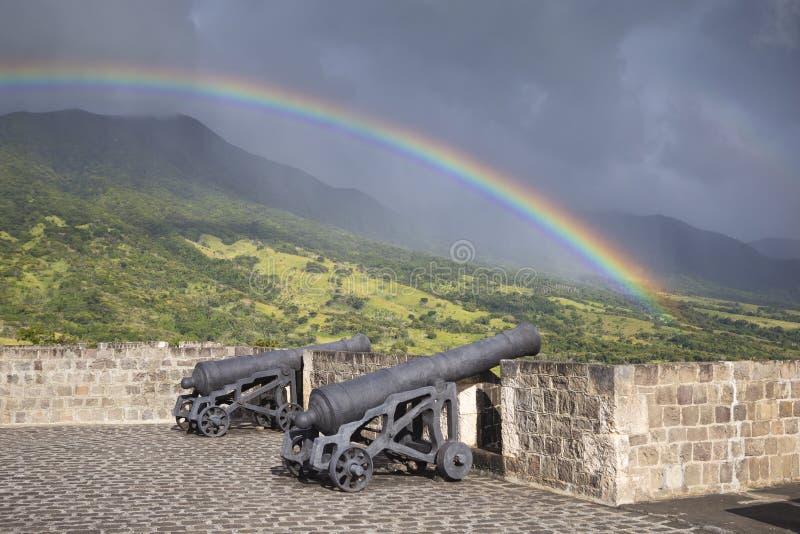 Arc-en-ciel au-dessus de canons à la forteresse de colline de soufre sur le saint Kitt photographie stock