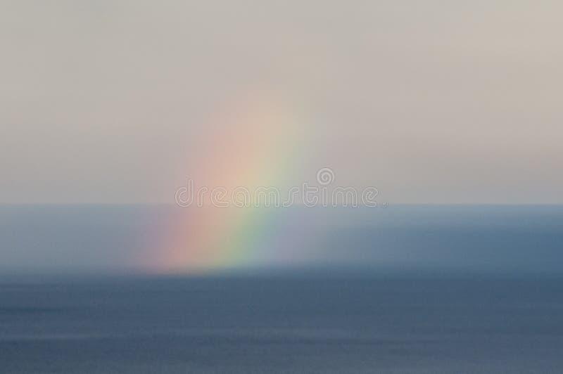 Arc-en-ciel au-dessus de l'eau de mer photo libre de droits