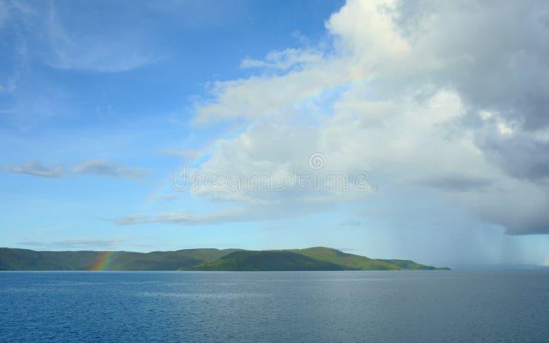Arc-en-ciel au-dessus de l'océan pacifique photographie stock libre de droits