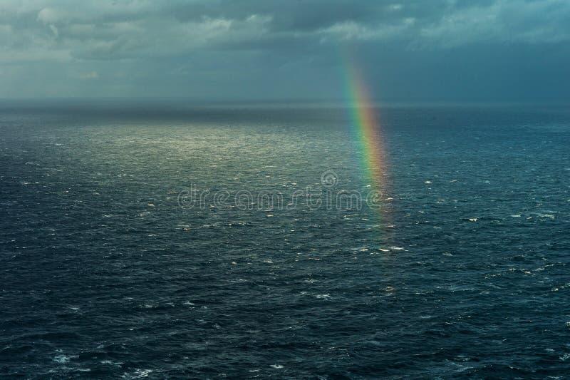 Arc-en-ciel au-dessus de la mer photo libre de droits