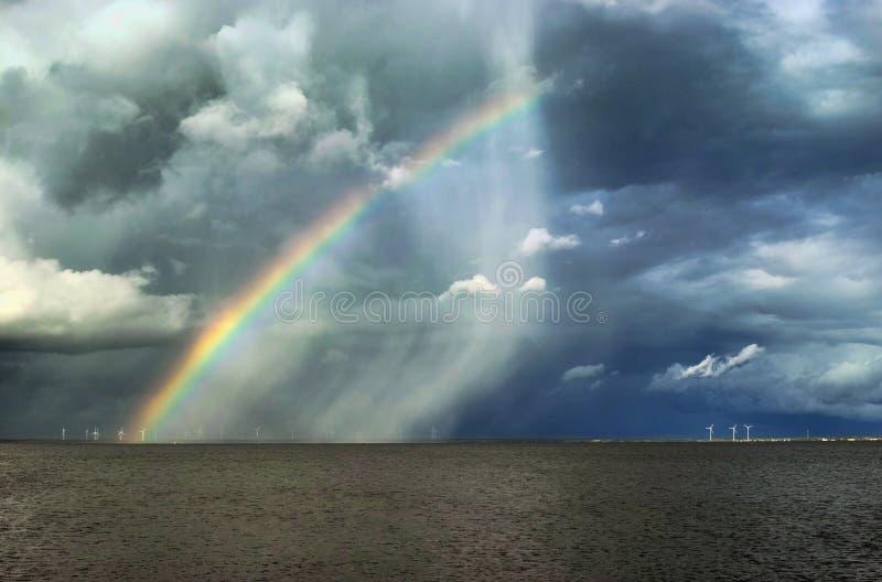 Arc-en-ciel au-dessus de la mer photo stock