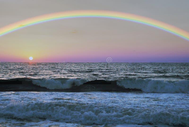 Arc-en-ciel au-dessus de la mer images stock