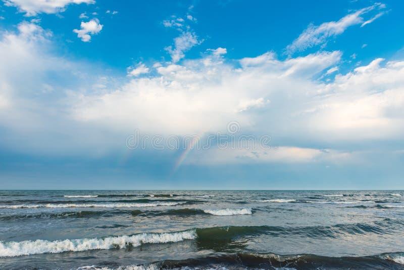 Arc-en-ciel au-dessus de la mer après pluie photographie stock