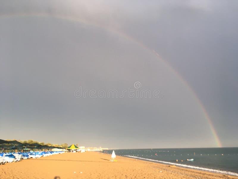 Arc-en-ciel au-dessus de la mer et la plage dans Belek images stock