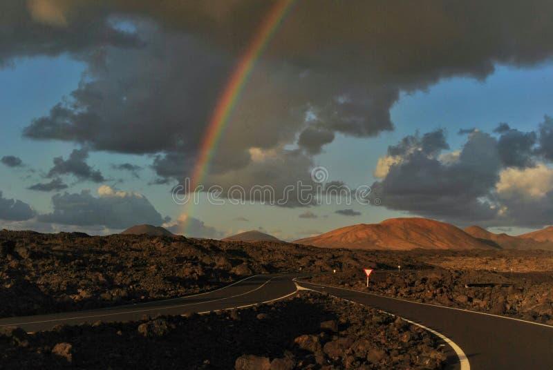 Arc-en-ciel au-dessus de la route photo libre de droits