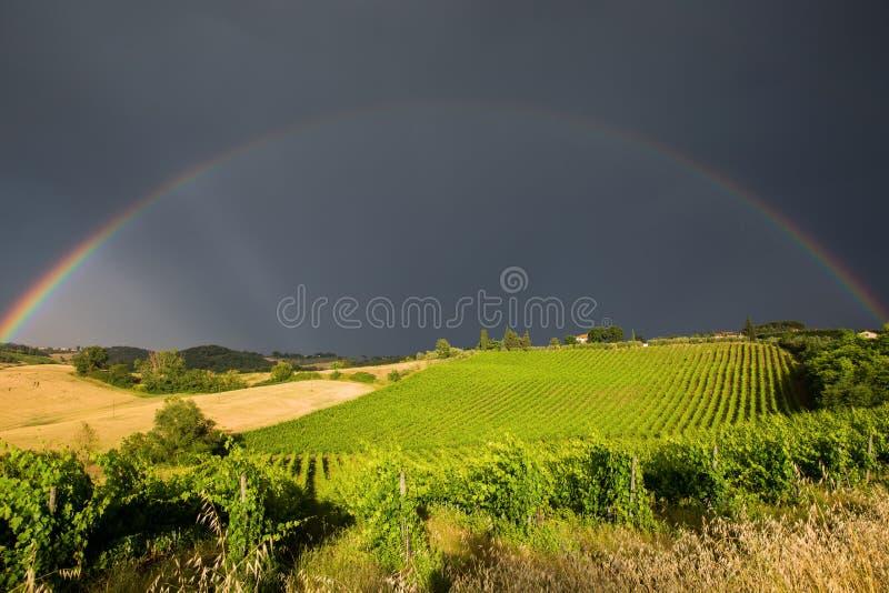 Arc-en-ciel au-dessus de la Toscane photographie stock