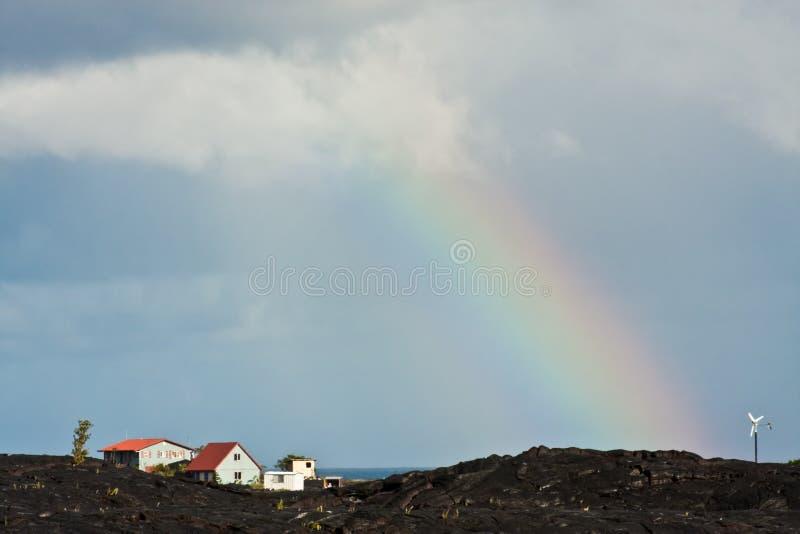 Arc-en-ciel au-dessus de roche volcanique images stock