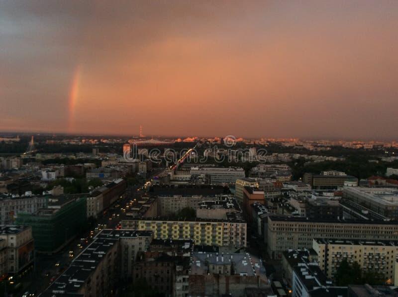 Arc-en-ciel au-dessus de ville de Varsovie images libres de droits