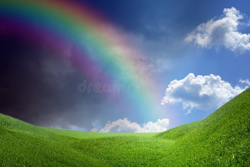 Arc-en-ciel au-dessus des collines vertes images stock