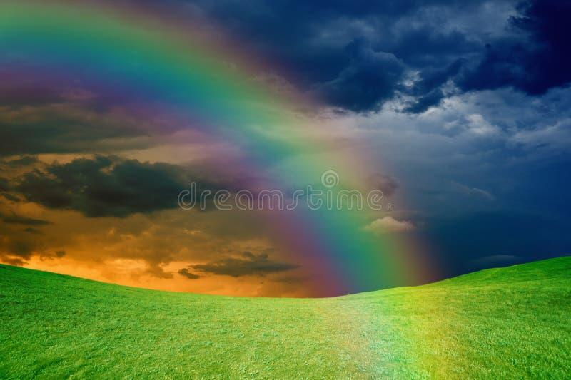 Arc-en-ciel au-dessus des collines vertes images libres de droits