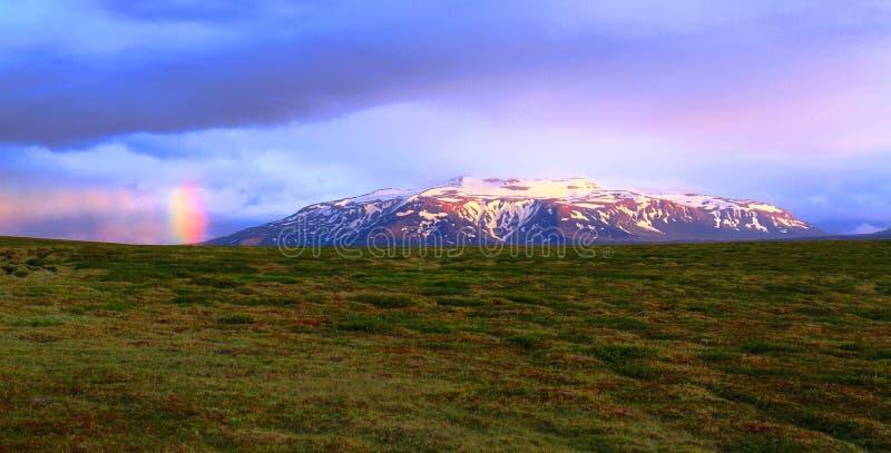 Arc-en-ciel au-dessus des montagnes près de hutte de Hvitarnes, Islande photo libre de droits