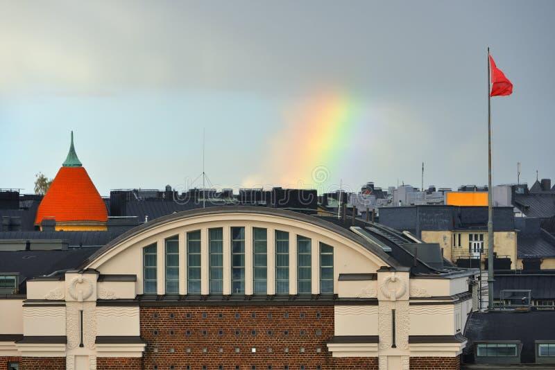 Arc-en-ciel au-dessus des toits des maisons de Katajanokka helsinki images libres de droits