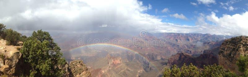 Arc-en-ciel au-dessus du canyon grand photo stock