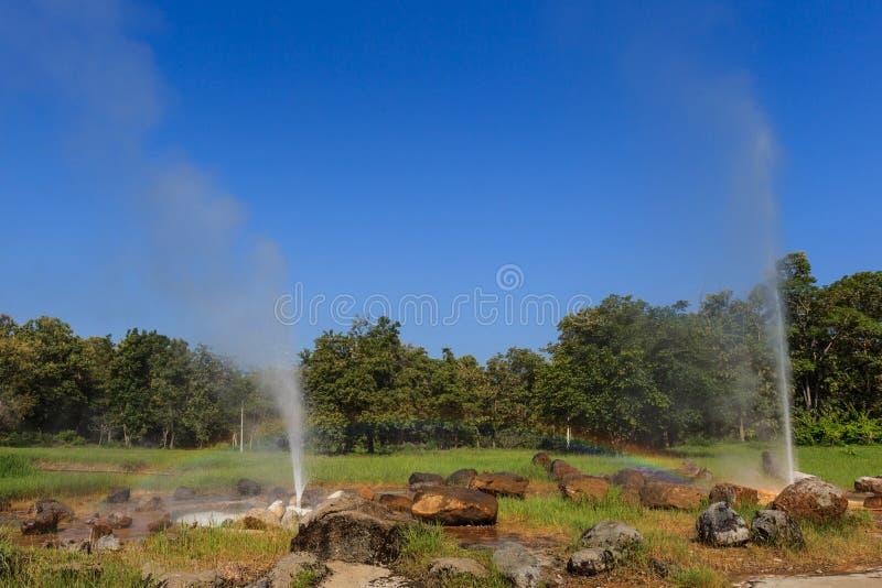 Arc-en-ciel au geyser photographie stock libre de droits