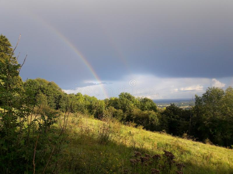 Arc-en-ciel en collines de Surrey image libre de droits