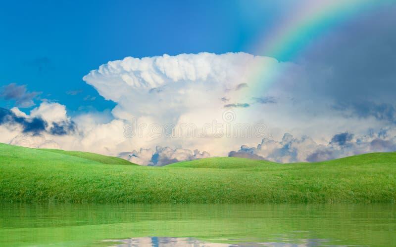 Arc-en-ciel coloré au-dessus des collines vertes, ciel bleu avec du Cl blanc d'enclume image stock