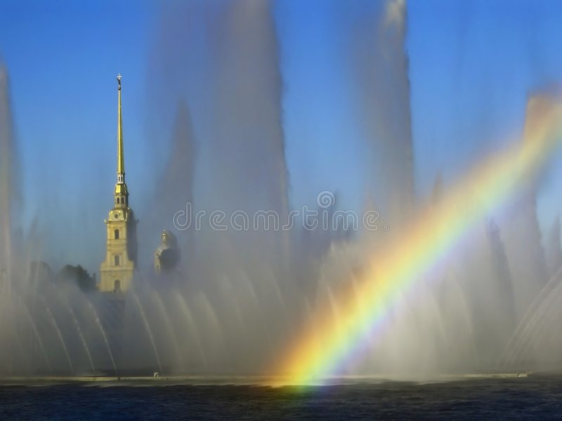 Arc-en-ciel dans la fontaine images stock