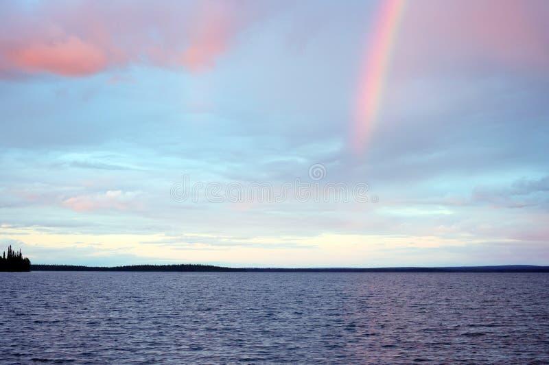 Arc-en-ciel dans le coucher du soleil au-dessus du lac Seydyavr derrière le cercle arctique sur Kola Peninsula photographie stock