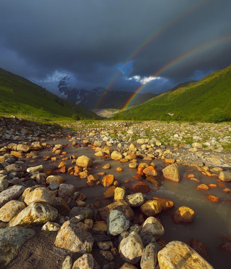 Arc-en-ciel dans les montagnes photographie stock libre de droits