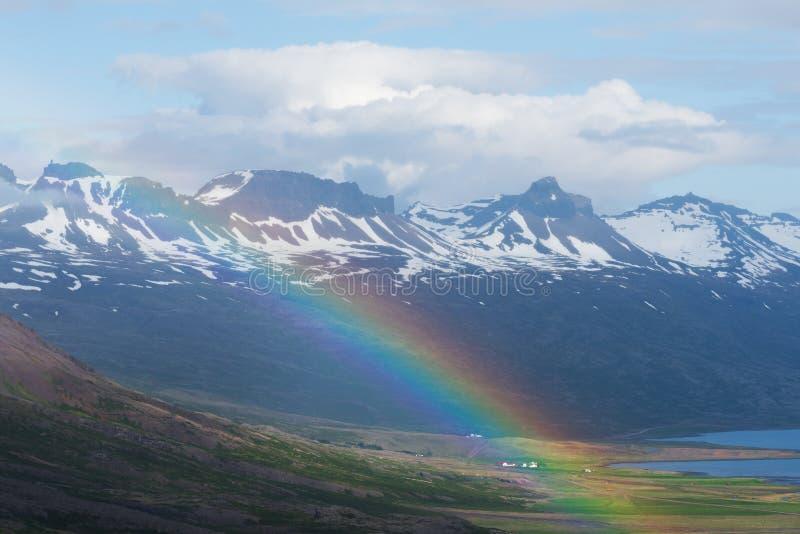 Arc-en-ciel dans les montagnes de l'Islande photo stock