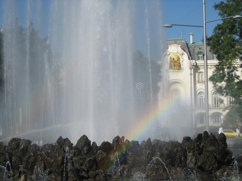 Arc-en-ciel dans une fontaine de l'eau à Vienne image stock